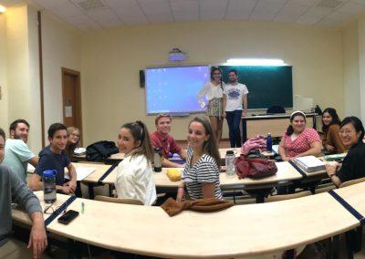 Alumnos del Máster haciendo prácticas con alumnos de Cal Poly